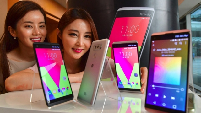 South Korean models pose with LG's new premium smartphone V20 during a launch event in Seoul on September 7, 2016. LG Electronics unveiled its new V20 premium smartphone which features improved audio functions and dual-lens rear cameras. / AFP / JUNG YEON-JE (Photo credit should read JUNG YEON-JE/AFP/Getty Images)