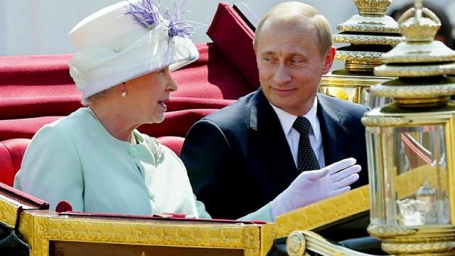 Vladimir Putin with Queen Elizabeth in 2003 (Photo: Getty)