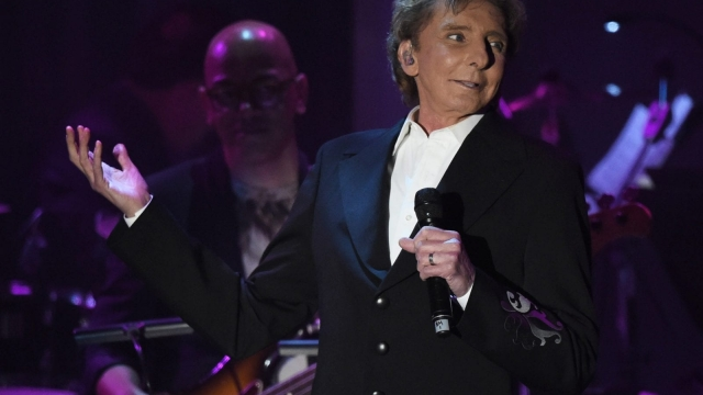 Barry Manilow performs (Photo: Getty)