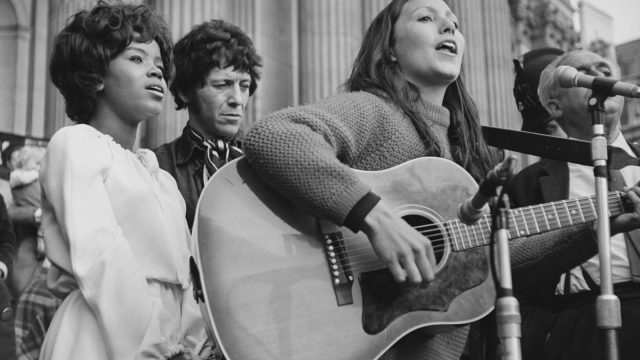 American soul singer PP Arnold, American-British singer Julie Felix sing at an anti H-Bomb demonstration, with British blues musician Alexis Korner near St Paul's Cathedral in 1968. (Photo by Patiniott/Daily Express/Getty Images)