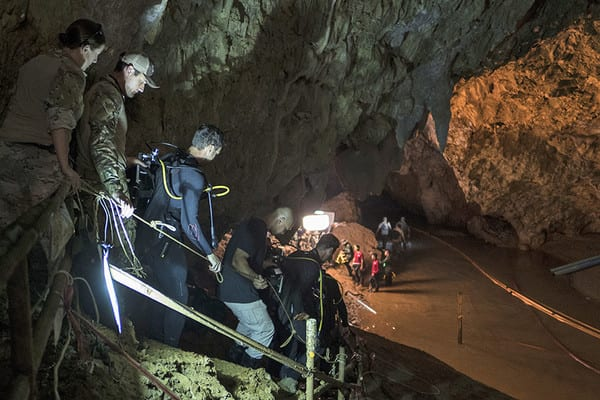 Article thumbnail: Thai cave rescue worker dead