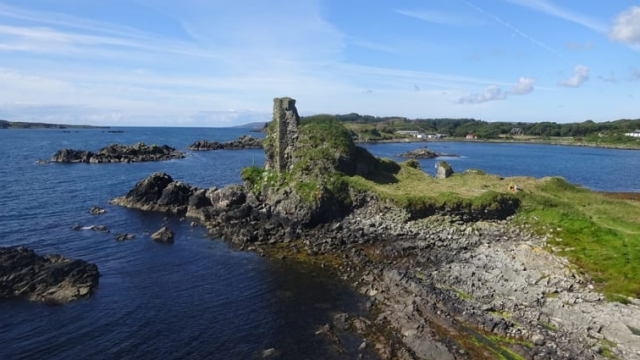 Dunyvaig Castle has a commanding position in Lagavulin Bay on the south side of Islay