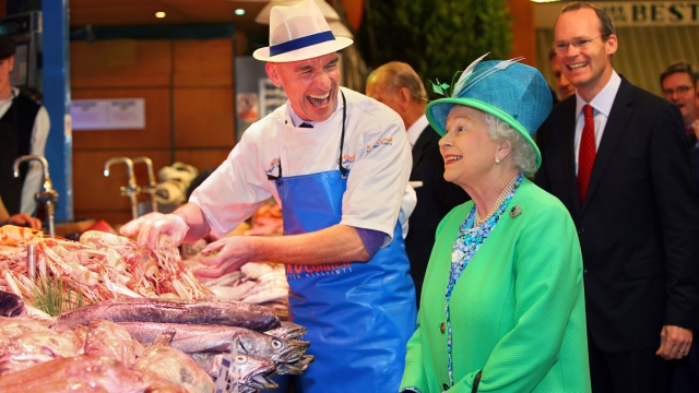 Queen Elizabeth meets fishmonger Pat O'Connell at the English Market in Cork in 2011 (Photo: Getty)