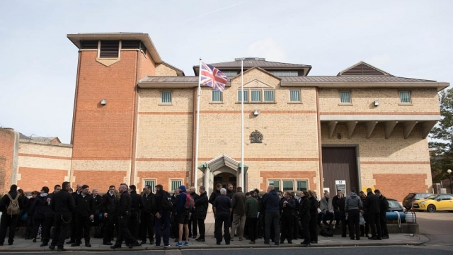 Members of the POA, the trade union for prison staff, protesting outside HMP Bedford. (Photo: Stefan Rousseau/PA)