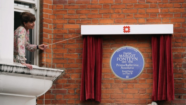 Former ballerina and judge on the BBC's reality show 'Strictly Come Dancing' Darcey Bussell unveils an English Heritage 'Blue Plaque' on June 7, 2016 in London, England. (Photo by Dan Kitwood/Getty Images)