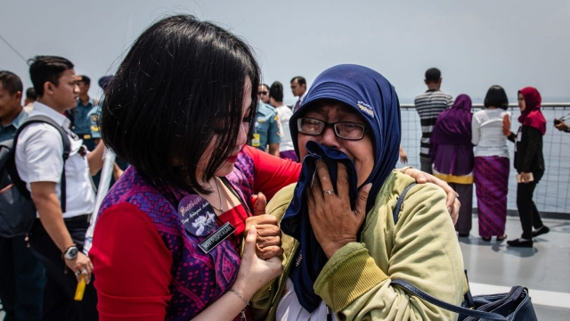 Families and colleagues of victims of Lion Air flight JT 610 cry on deck of an Indonesian Navy during a visit to the crash site (Photo: Ulet Ifansasti/Getty Images)