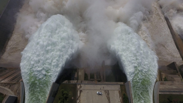 Water is released from the floodgates of the Xiaolangdi dam on the Yellow River,(Photo: STR/AFP/Getty Images)