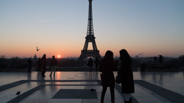 Tourists stand in front of the Eiffel tower at sunrise on January 18, 2017 in Paris, France. (Photo: Pascal Le Segretain/Getty Images)