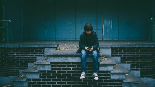 Boy plays on his phone. (Photo: Gaelle Marcel/ Unsplash)