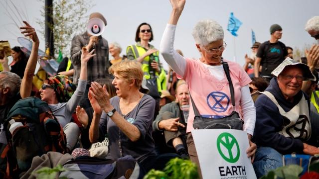 Extinction Rebellion climate change activists blockade Waterloo bridge (TOLGA AKMEN/AFP/Getty Images