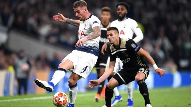 Tadic shadows Toby Alderweireld at the Tottenham Hotspur Stadium (Getty Images)