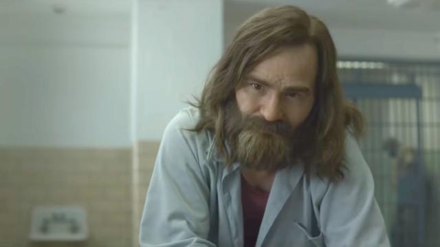 Damon Herriman as Charles Manson in Mindhunter on Netflix