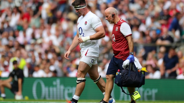 Tom Curry of England walks off the field with a shoulder injury (Getty Images)