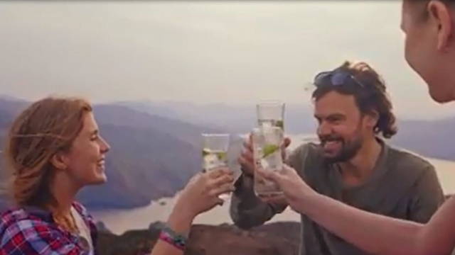 A TV advert which showed a group of climbers toasting their ascent of a Scottish mountain by drinking gin has been banned