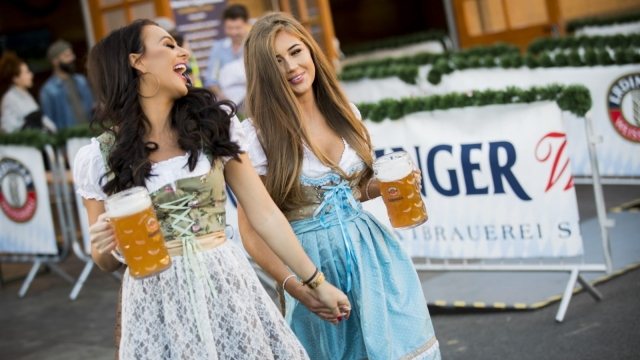 Two beer fans enjoy one of Londons Oktoberfest events (Photo: Tristan Fewings/Getty Images for Erdinger)