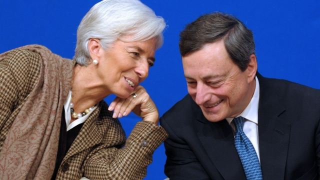 Article thumbnail: Mario Draghi (r) with his successor as ECB president Christine Legarde (Photo Eric Piermont/AFP via Getty Images)