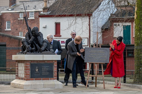 Prince Harry, Duke of Sussex and Meghan, Duchess of Sussex unveil a plaque next to a new statue to mark the 100th anniversary of the death of poet Wilfred Owen (Photo: Charlotte Graham – WPA Pool/Getty Images)